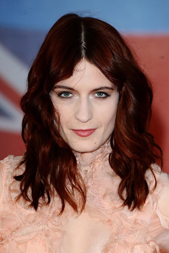 Baño De Color Rojo En Pelo Oscuro:BRITS 2012: les looks des chanteuses British décryptés